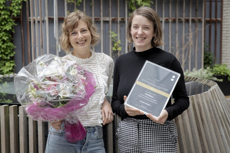 Frauke Giebner og Mette Højlund modtager pris på vegne af Politiken.